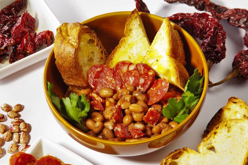 zuppa-fagioli-salsiccia-cialledda-peperoni-cruschi-prodotti-tipici-lucani-matera-basilicata-capitale-europea-cultura-2019